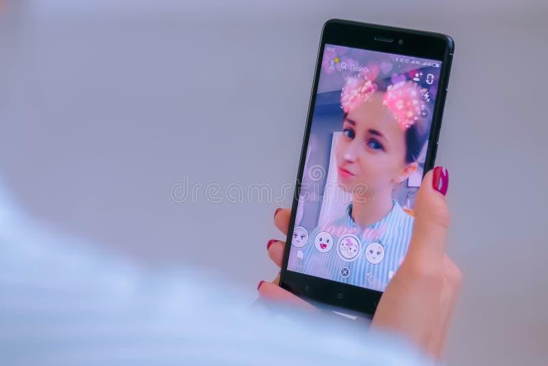 Messager de multim?dia de Snapchat avec le filtre de masque protecteur 3d sur le smartphone photos libres de droits