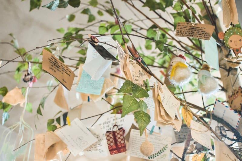 Messages d'amour sur l'arbre photos stock