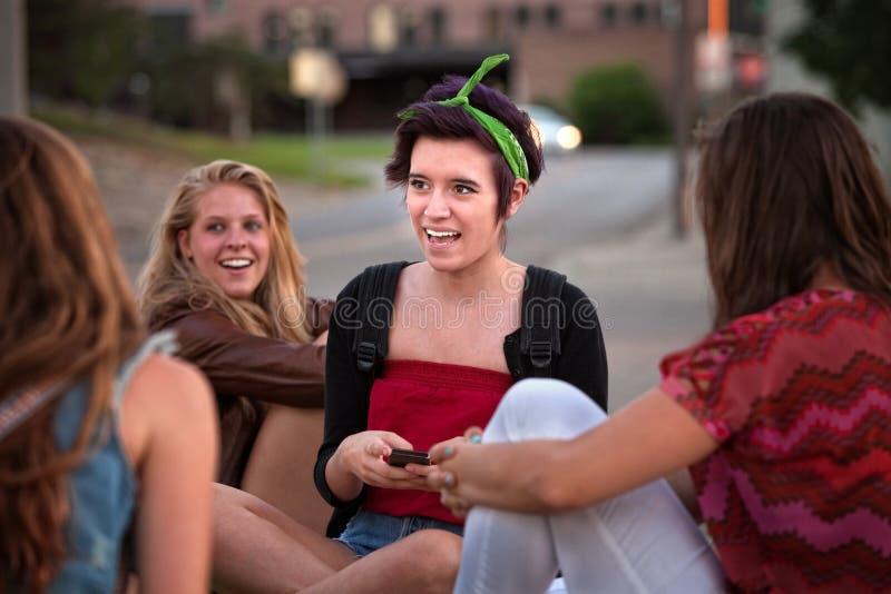 Messages de l'adolescence de Texting de filles photographie stock