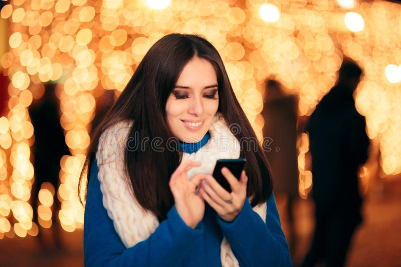 Messaggi di testo felici di saluti di festa della lettura della ragazza fotografia stock