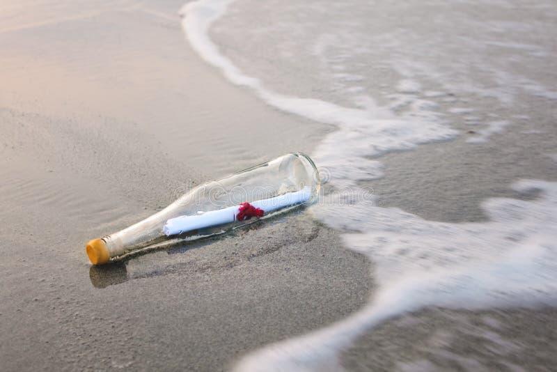 Messaggio di amore in bottiglia fotografia stock libera da diritti