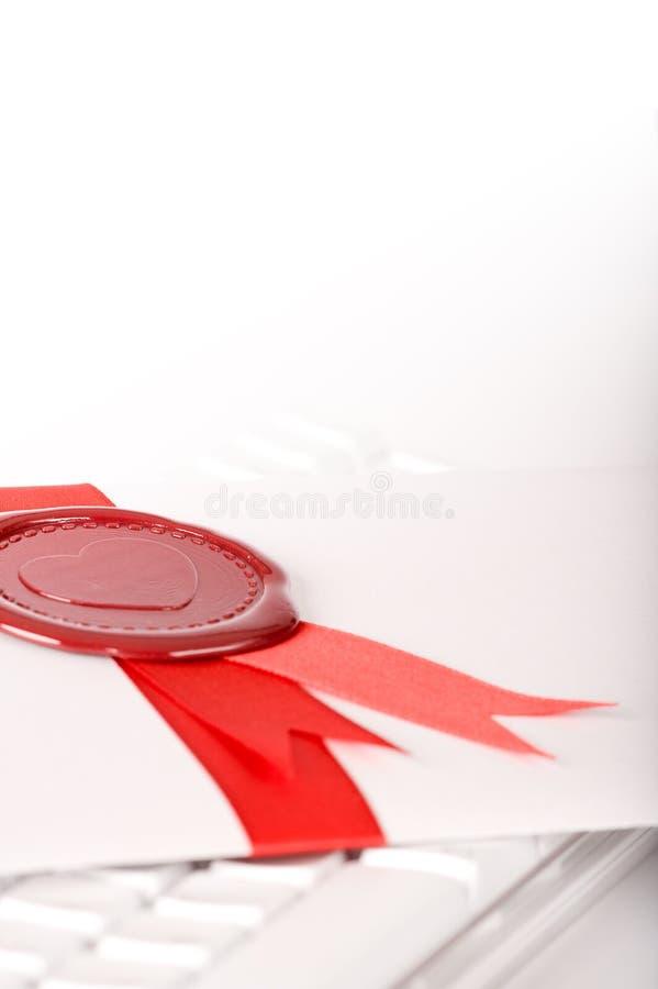 Messaggio di amore con la guarnizione ed il nastro rossi immagine stock libera da diritti