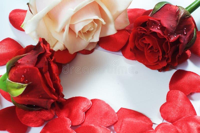 Messaggio di amore, rose e coriandoli dei cuori fotografie stock libere da diritti