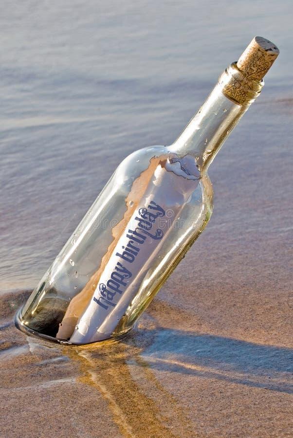 Messaggio di compleanno della bottiglia immagine stock libera da diritti