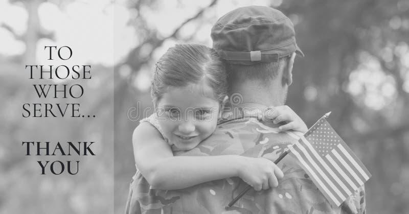 messaggio di Giorno dei Caduti con la foto della bandiera americana della tenuta della figlia e del soldato fotografia stock
