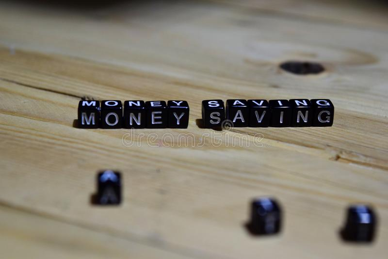 Messaggio di risparmio dei soldi scritto sui blocchi di legno fotografia stock libera da diritti