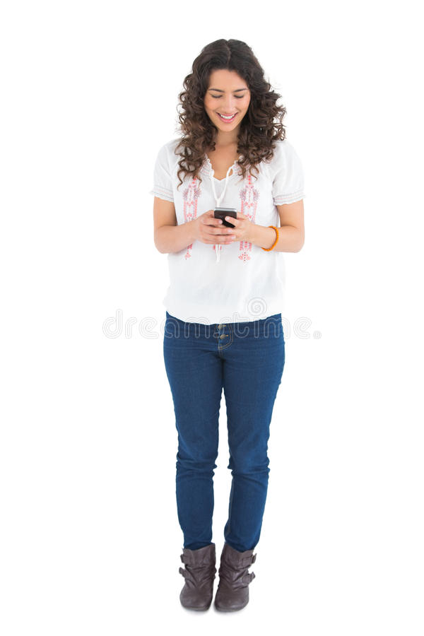 Messaggio di testo d'invio castana casuale attraente immagini stock