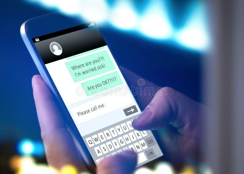 Messaggio di testo preoccupato di scrittura del genitore al bambino immagini stock libere da diritti