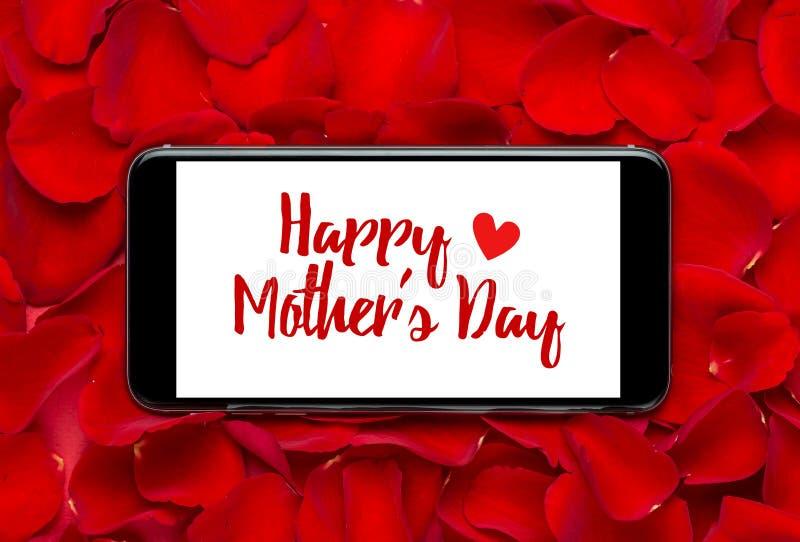 Messaggio felice di festa della Mamma sullo schermo dello smartphone fotografia stock libera da diritti
