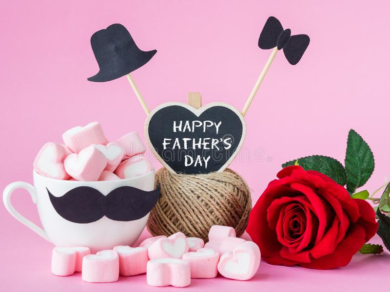 Messaggio felice di giorno del ` s del padre con la rosa rossa su fondo rosa immagini stock