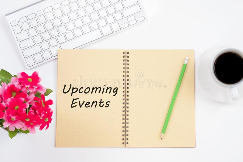 Messaggio imminente di eventi di concetto sul taccuino con la tastiera, penci immagine stock