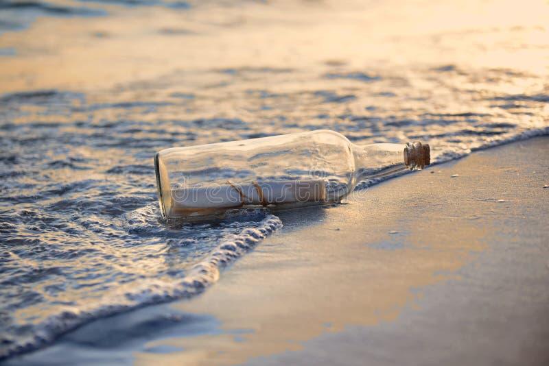 Messaggio in un tramonto della st della bottiglia immagine stock