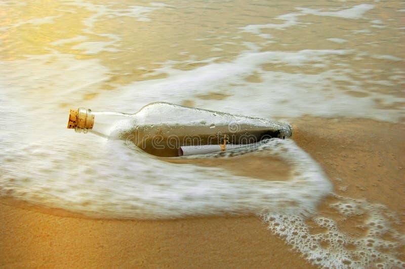 Messaggio in una bottiglia al tramonto fotografie stock libere da diritti