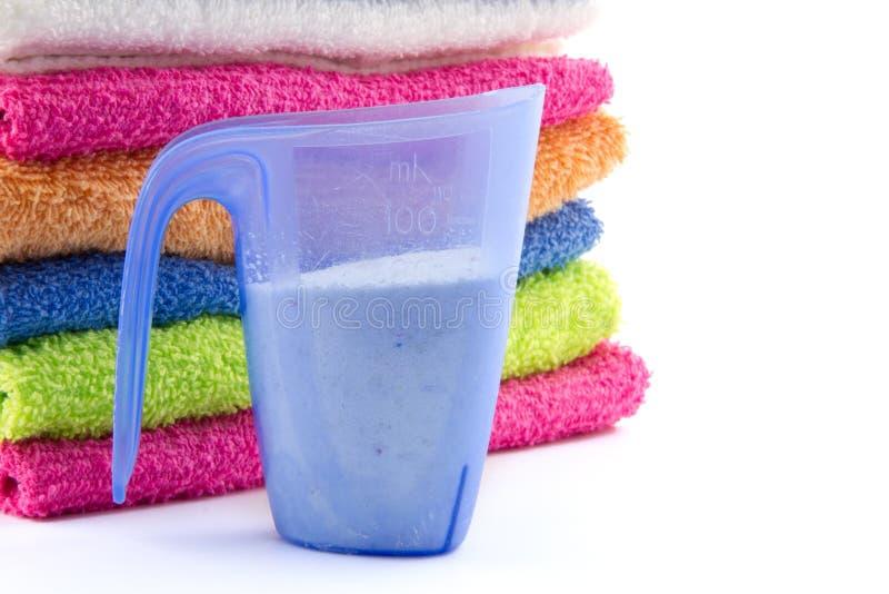Messbecher gefüllt mit Seifenflocken und -tüchern stockfoto
