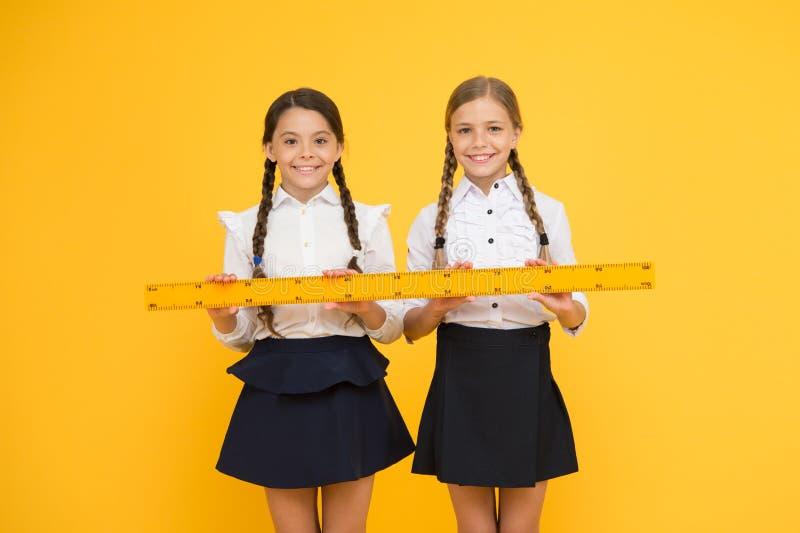 Messdistanz Messausr?stung Kinderstudenten studieren Mathe Kursteilnehmer der ?lteren Kategorie f?hrt die ersten Lektionkinder Sc lizenzfreies stockfoto