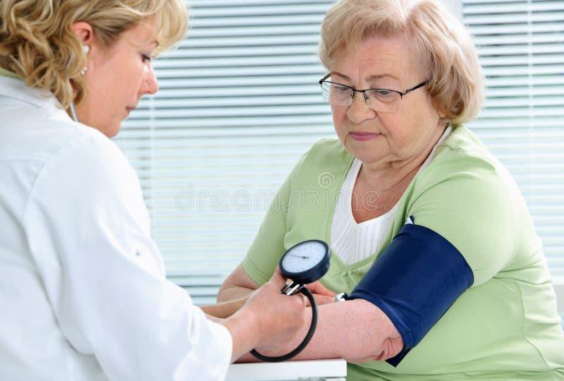 Messen des Blutdruckes stockfotografie