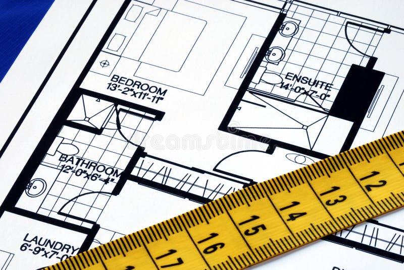 Messen Sie das floorplan mit einem messenden Band stockfotos