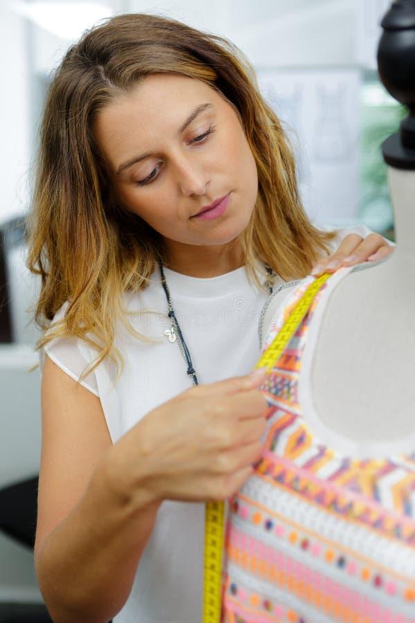 Messende Attrappe des Modedesigners lizenzfreie stockfotografie