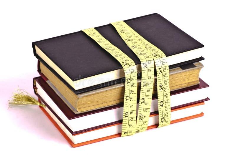Messende Bücher für das Wissen lizenzfreies stockfoto