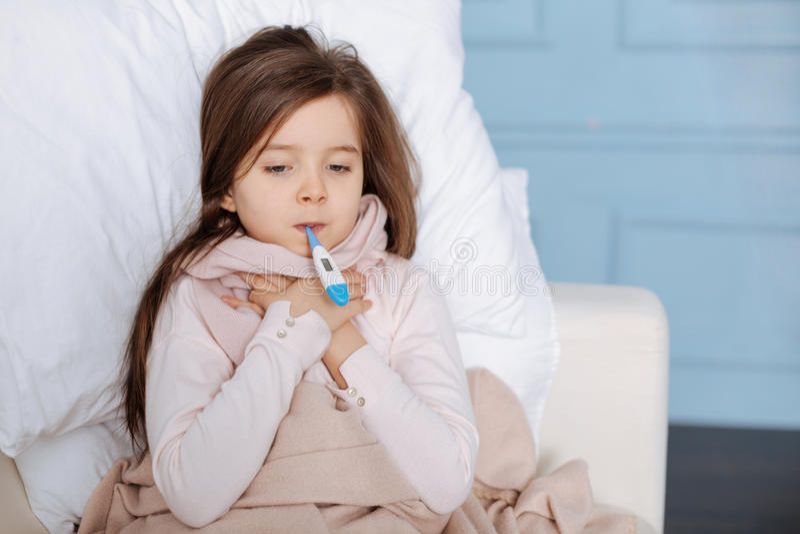 Messende Temperatur des kleinen kranken Mädchens lizenzfreie stockbilder