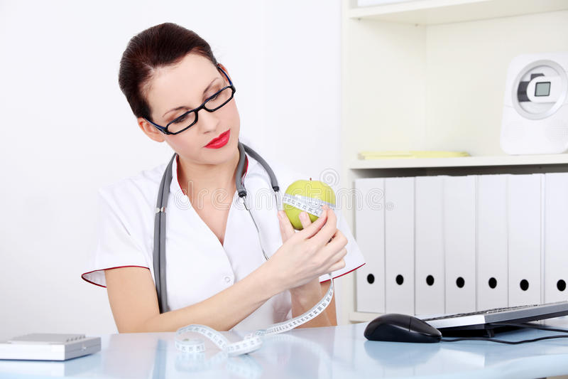 Messender Apfel des weiblichen Doktors. lizenzfreie stockfotografie