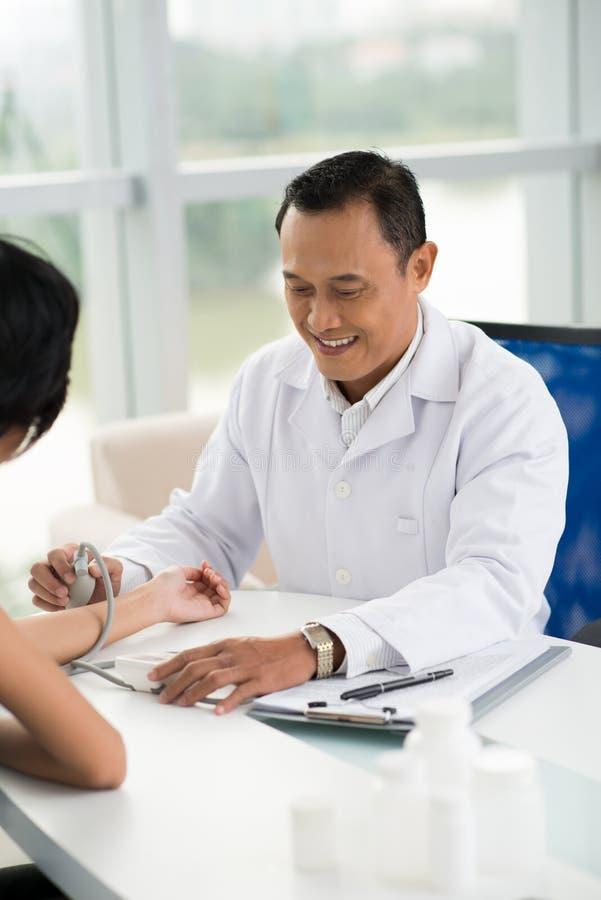 Messender Blutdruck lizenzfreie stockfotos