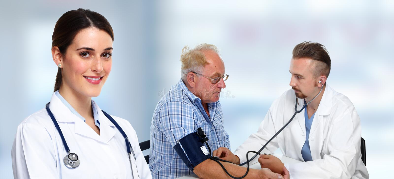 Messender Blutdruck Des Doktors Des Patienten Stockfoto..