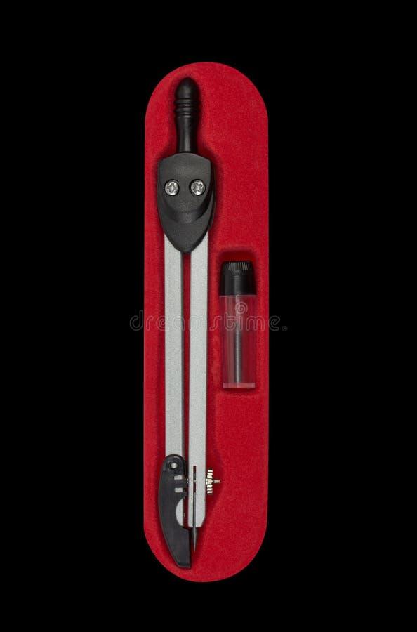 Messender Kompass im roten Kasten lokalisiert auf Schwarzem stockbild
