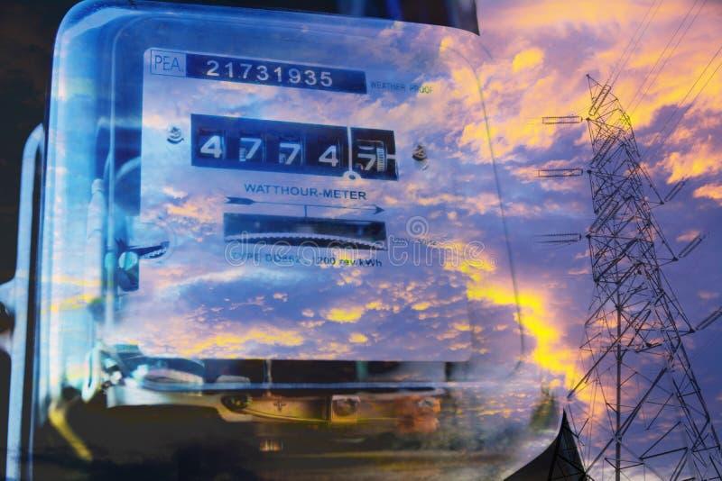 Messender Stromverbrauch des elektrischen Stromzählers mit Hochspannungsposition lizenzfreies stockfoto