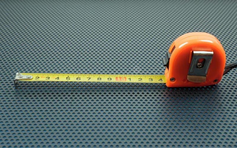 Messendes Band auf einem Hintergrund mit Perforierung von runden Löchern stockfoto