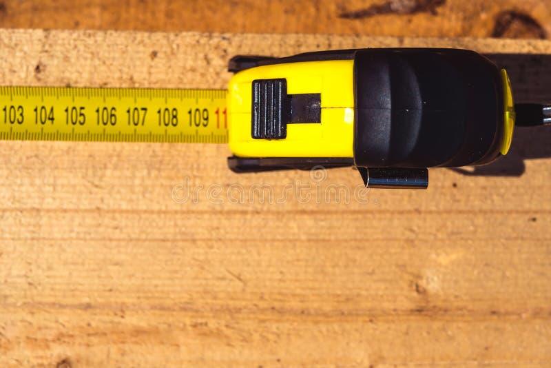 Messendes Band auf Holz lizenzfreies stockbild