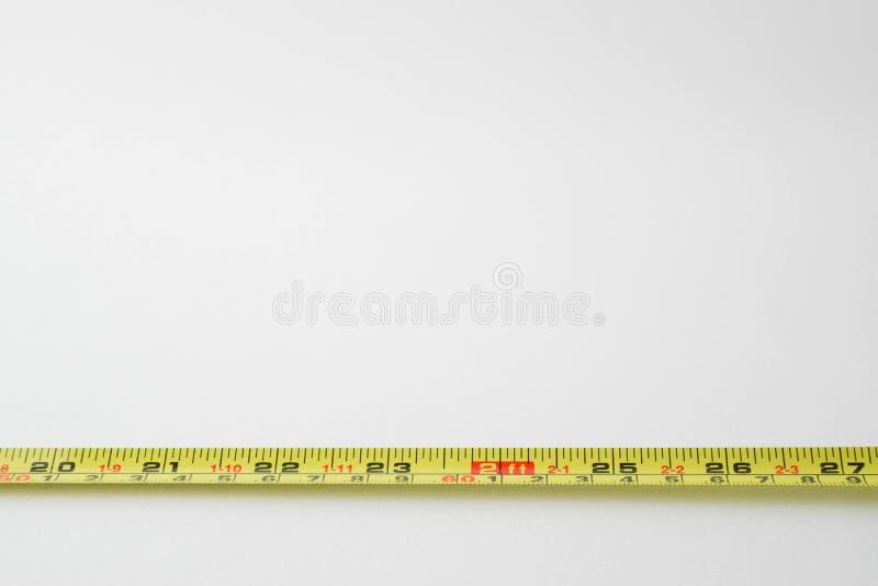 Messendes Band auf weißem Hintergrund mit Kopienraum stockfotos