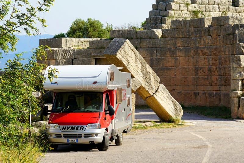 Messene, Grécia campista do 22 de setembro de 2018 A estacionado perto da porta do Arcadia na estrada a Messene antigo, Peloponne imagem de stock royalty free