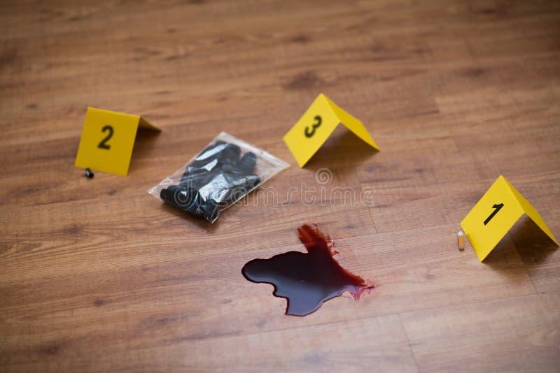 Messer in der Blut- und Beweismarkierung am Tatort stockfotos