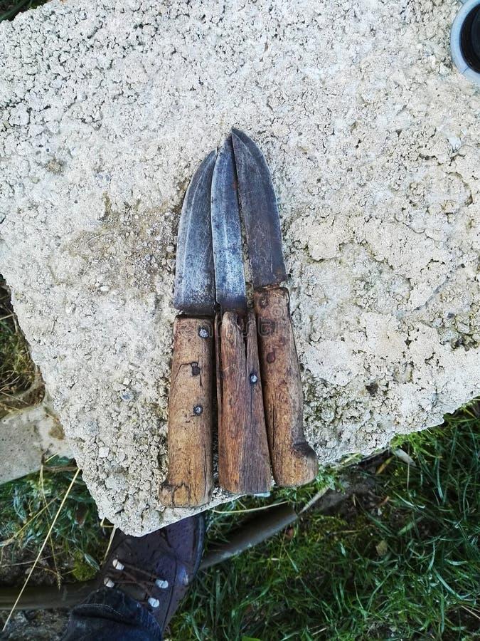 Messer, die auf einem Stein sich lehnen lizenzfreie stockbilder