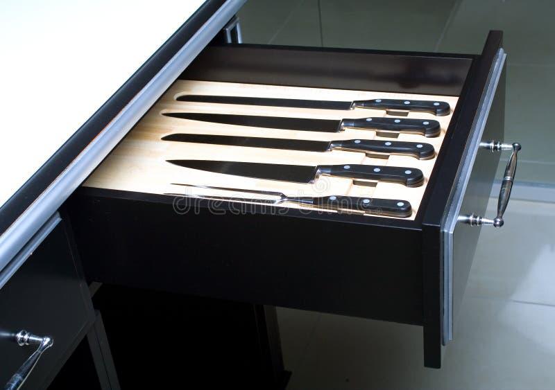 Messer eingestellt in moderne Küche stockfotografie