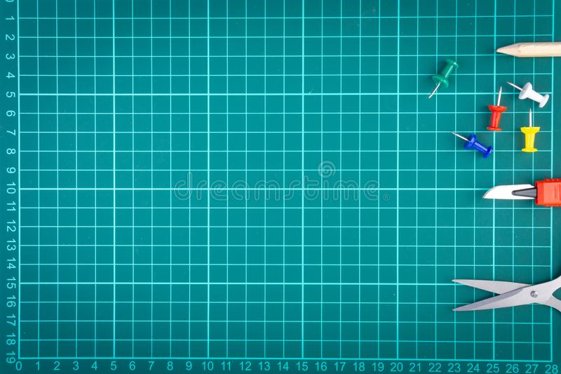 Messer Schneider, Bleistift, scissor und stationär auf weißem grünem Schneidemattehintergrund lizenzfreie stockfotografie