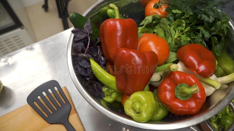 Messer schneidet roten grünen Pfeffer auf hölzernem Schneidebrett clip Ausschnittkern im Gemüsepaprika auf hölzernem Schneidebret stockfoto