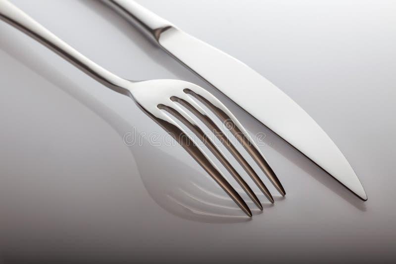 Messer und Gabel auf einem weißen Hintergrund lizenzfreies stockbild