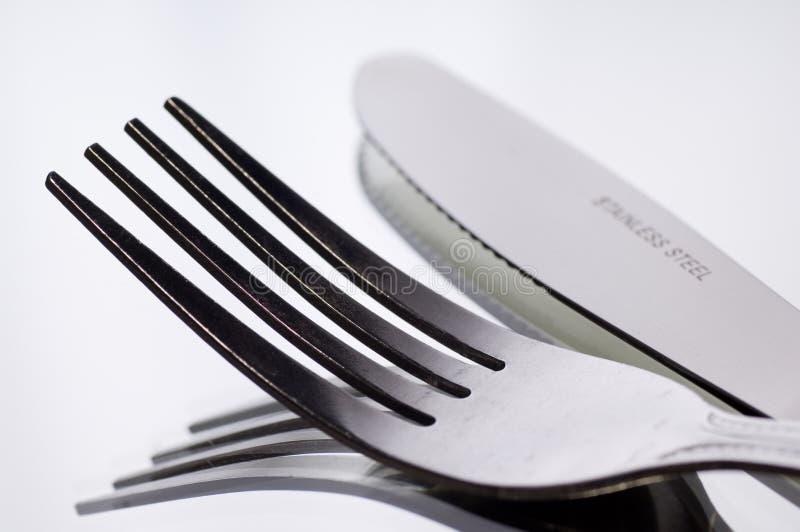 Messer und Gabel auf Weiß lizenzfreie stockfotografie