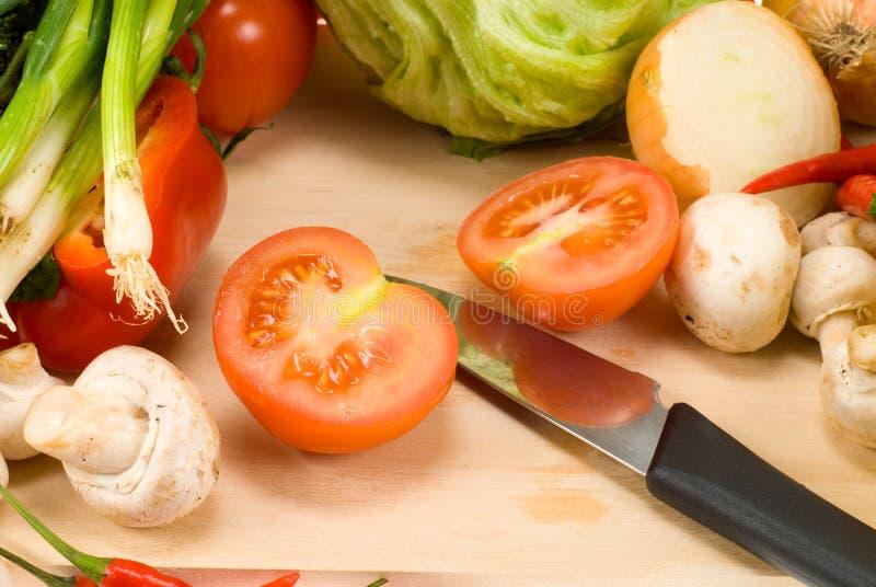 Messer und Gemüse lizenzfreie stockfotos