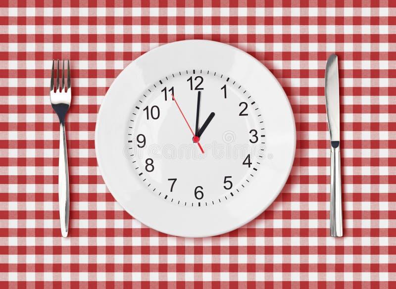 Messer, weiße Platte mit Ziffernblatt und Gabel auf rotem Picknicktisch lizenzfreie stockbilder
