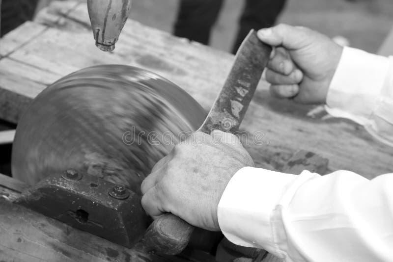 Messerschleifer beim Schärfen des Blattes des Messers auf dem L stockbilder