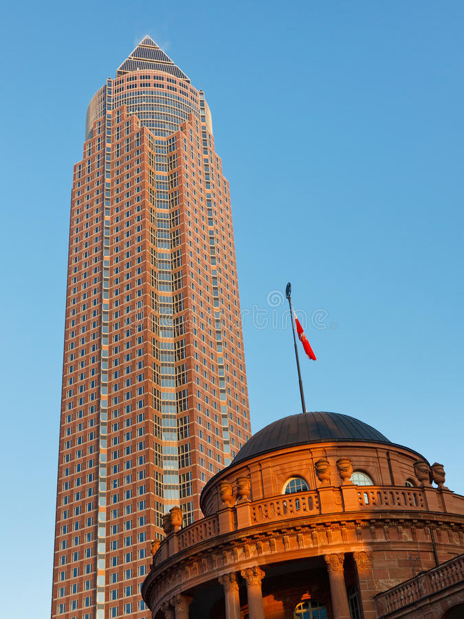 Messeturm och Festhalle Frankfurt royaltyfria bilder