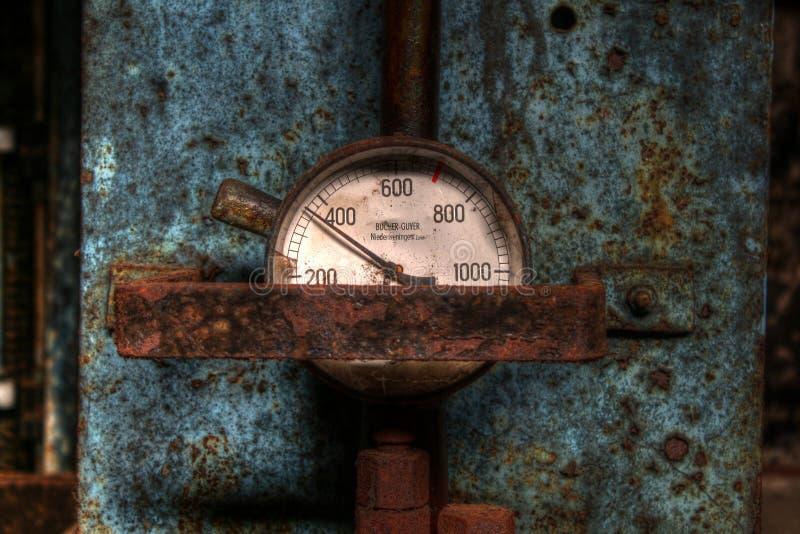 Messgerät auf hydraulischer Presse lizenzfreies stockbild