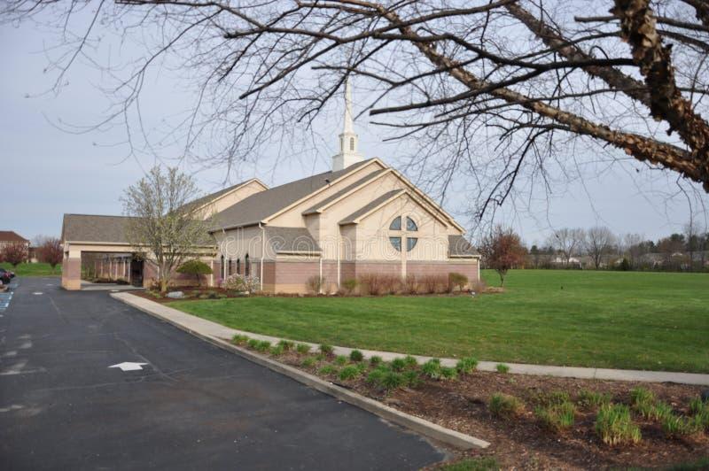 Messiah Lutherankyrka och förträning på Eagle Creek royaltyfri fotografi