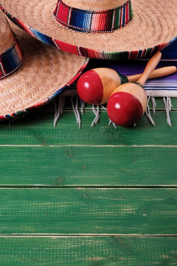 Messicano di legno marzo del fondo del de Mayo di cinco di festa del sombrero del Messico immagini stock