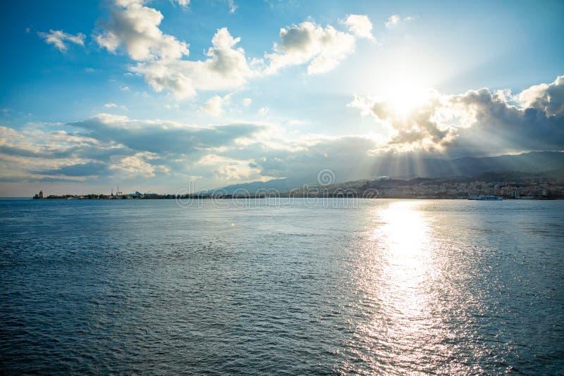 Messina, Italië - 9 02 2019: Mooie mening van cityscape en haven van Messina van veerboot, Sicilië, Italië royalty-vrije stock foto
