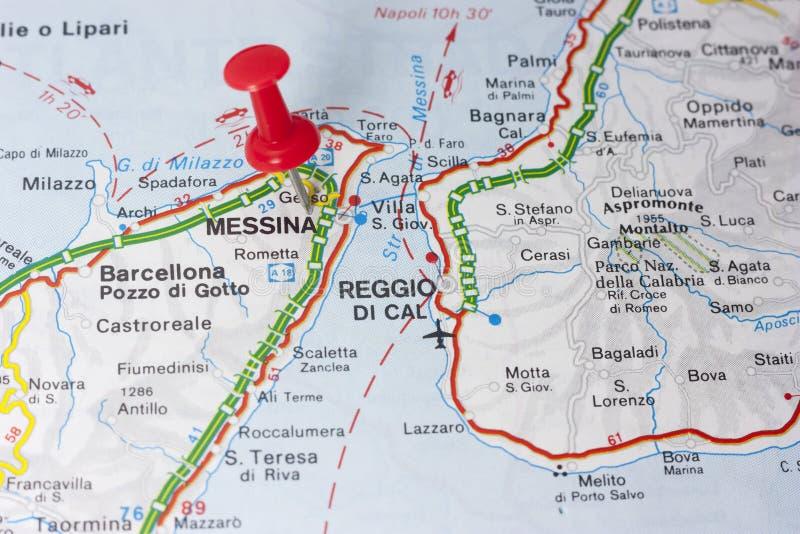 Messina Italien auf einer Karte lizenzfreie stockbilder