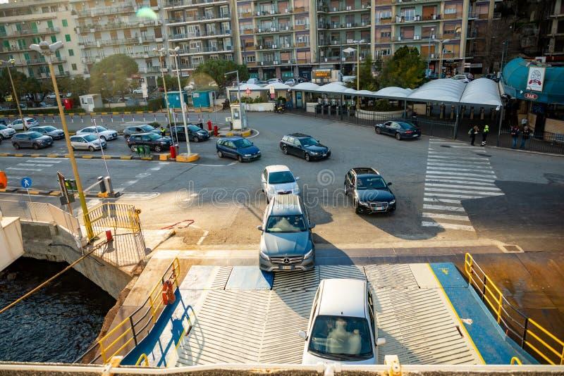 Messina Italien - 9 02 2019: Bilar som stiger ombord för att färja i Messina, Sicilien, Italien royaltyfria foton